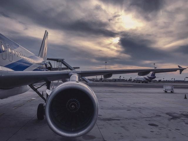 motor lietadlo odstaveného na letisku.jpg
