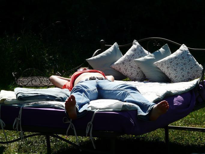 Záhrada, exteriér, človek relaxuje na posteli
