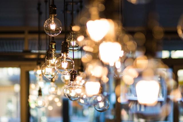Veľa svietiacich žiaroviek zavesených na strope.jpg