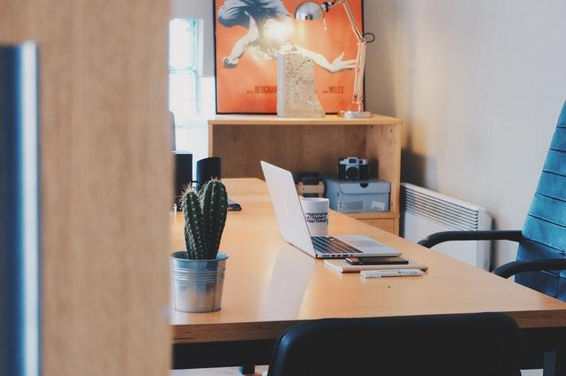 Otvorené dvere do miestnosti so stolom, stoličkou, obrazom na stene a svetlom.jpg